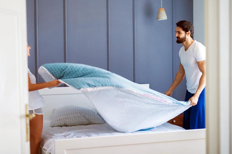 Durch Ausschütteln der Bettdecke können Symptome einer Hausstauballergie hervorgerufen werden.