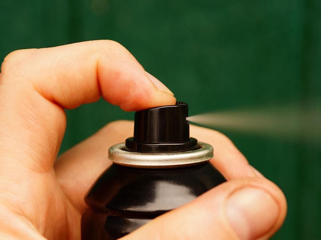 Hausstauballergie-Behandlung durch Einsatz von Milbenspray zur Senkung der Allergenbelastung.
