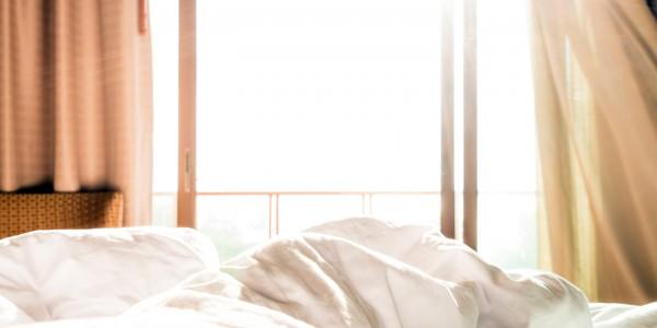 hausstaubmilben-bekaempfen-schlafzimmer-lueften