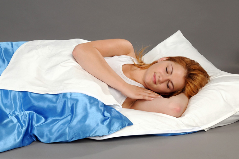 Auf Reisen allergendichten Reiseschlafsack verwenden, um Hausstaubmilben zu bekämpfen.